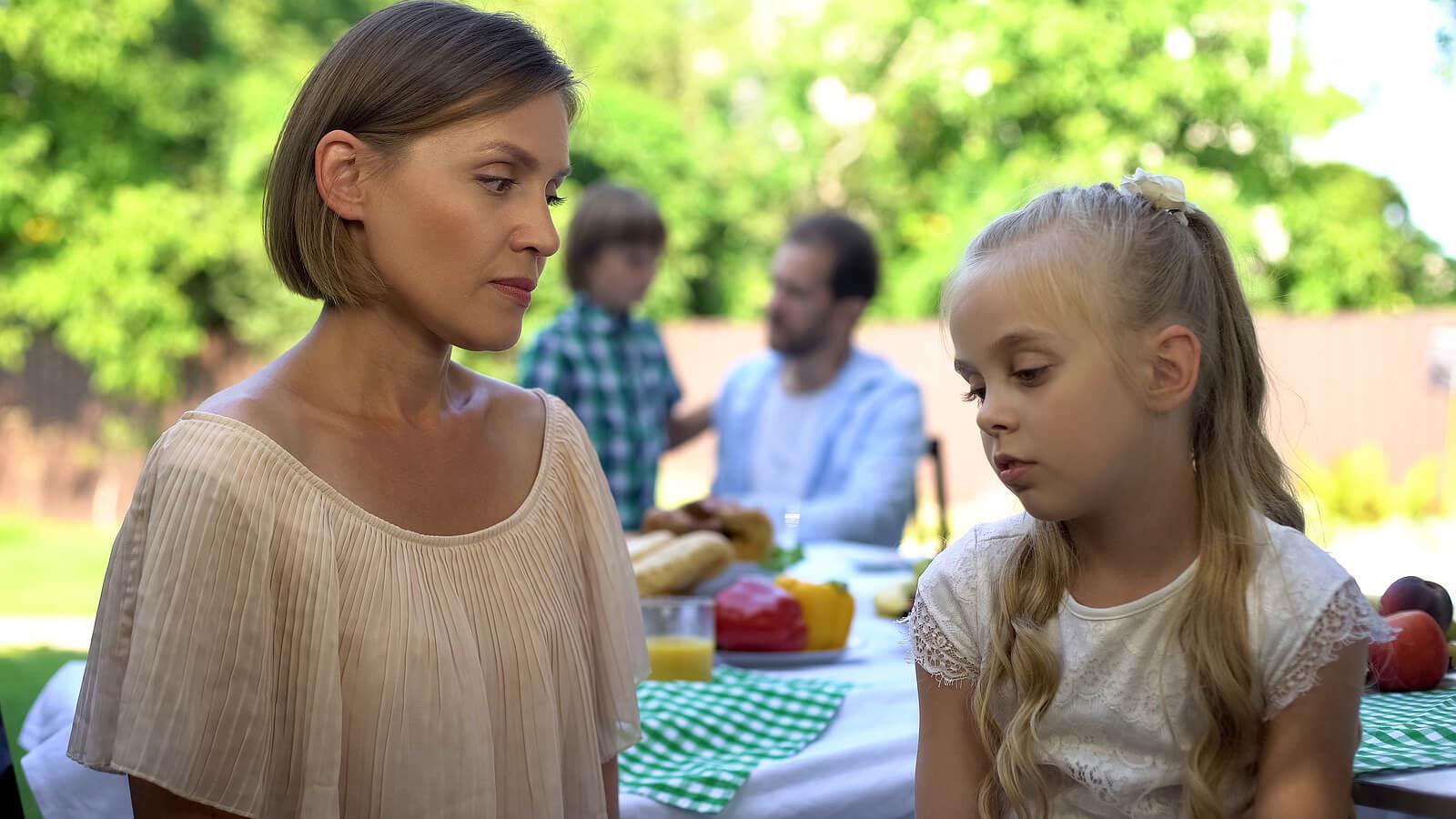 Madre hablando con su hija tras utilizar la técnica de las 3 llamadas de atención.