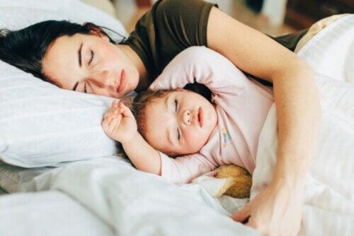 Cómo pasar del colecho a la cama sin traumas para los niños