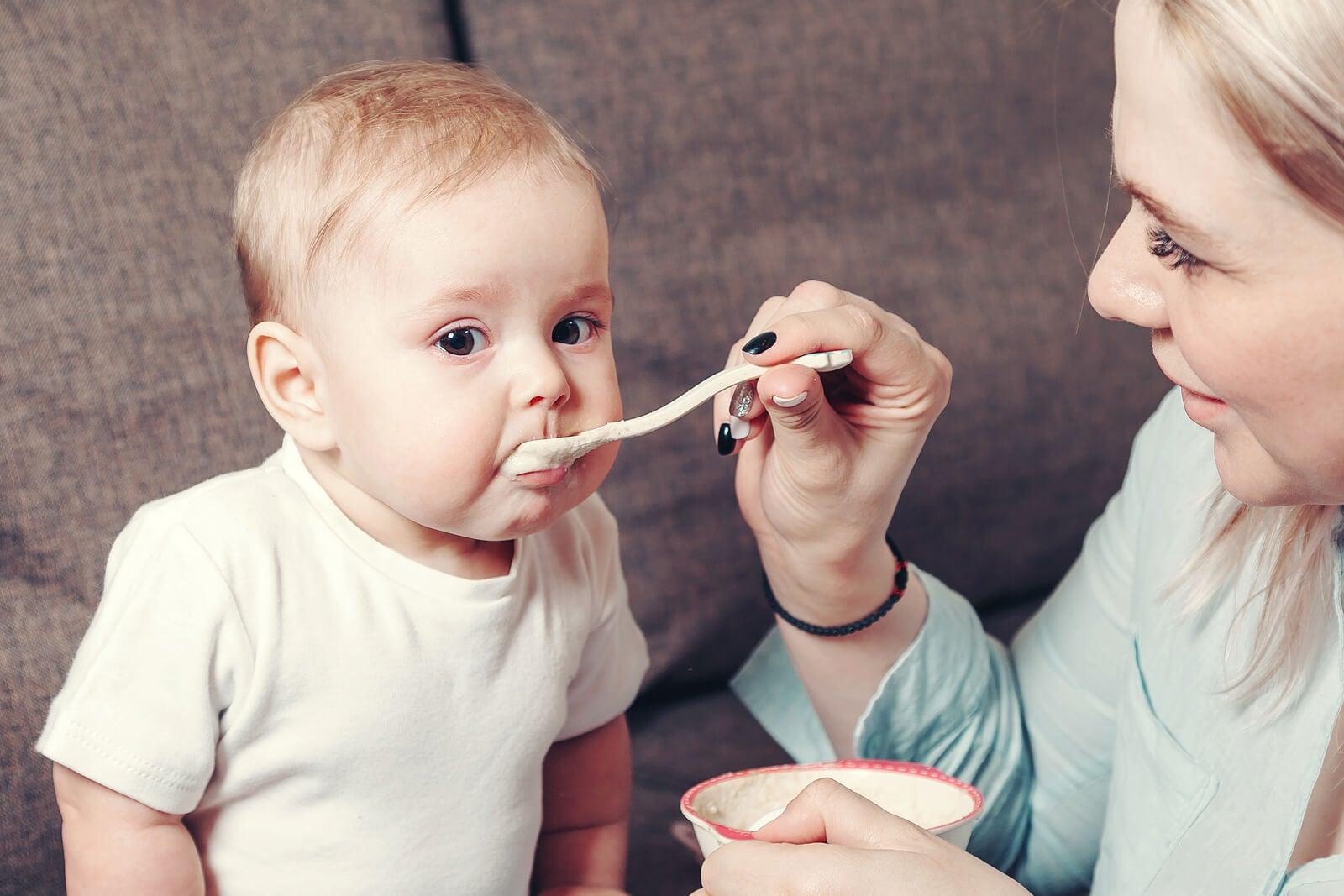 Madre dando de comer a su bebé.
