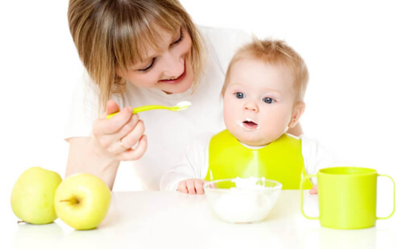Bebé tomando papilla hecha a partir de alimentos propios de una dieta vegana.