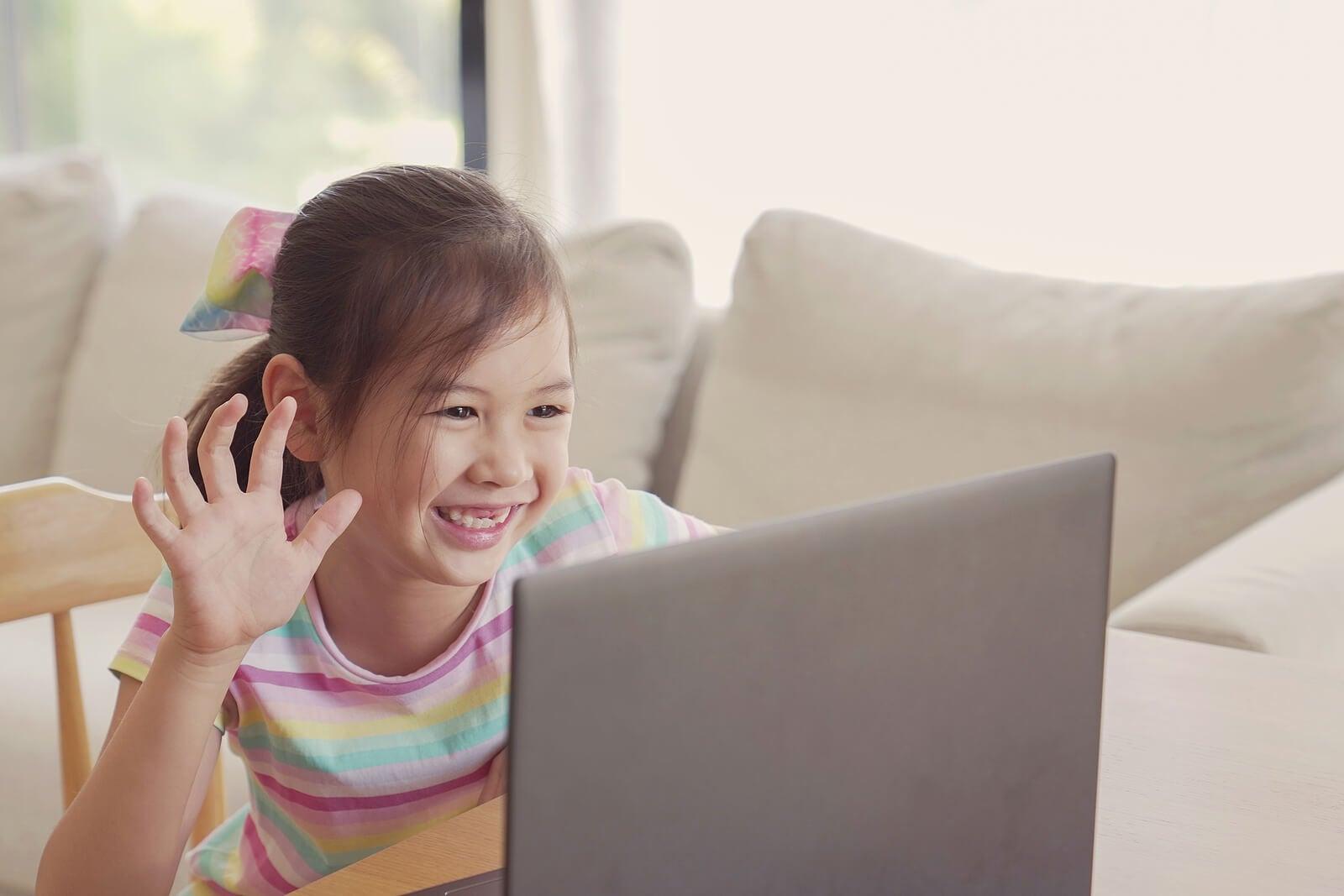 Niña haciendo sus deberes en casa gracias al aprendizaje adaptativo.