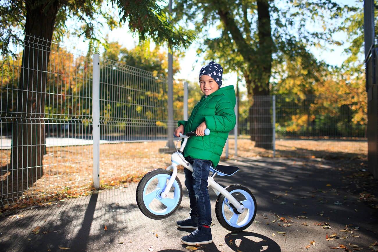 Niño aprendiendo a montar el bici.