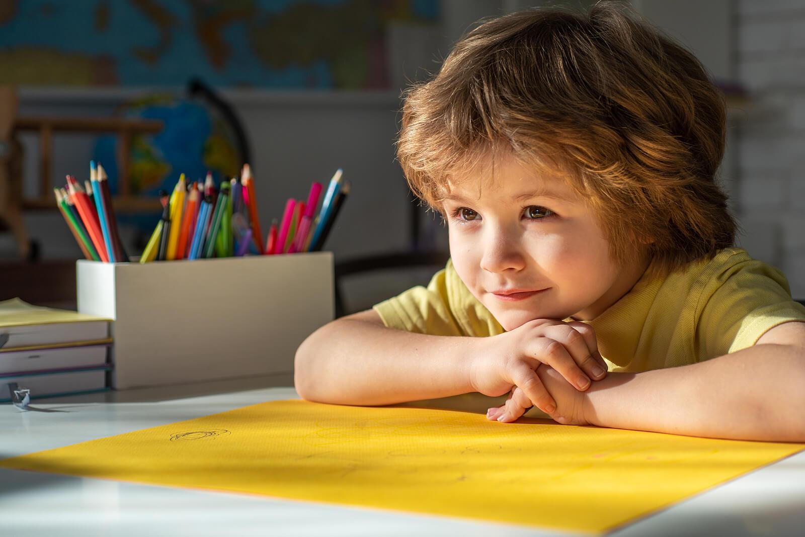 Niño haciendo sus deberes en casa gracias a los métodos de educación para ayudar a los hijos.