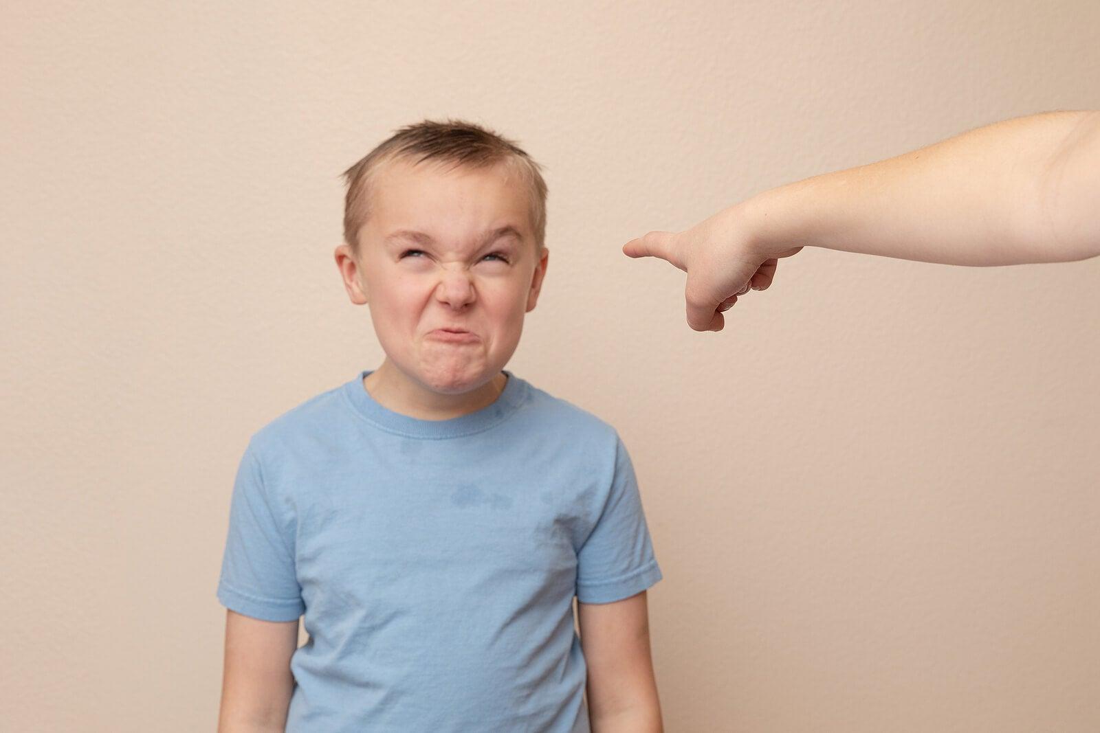 Madre intentando corregir a su hijo para que no insulte.