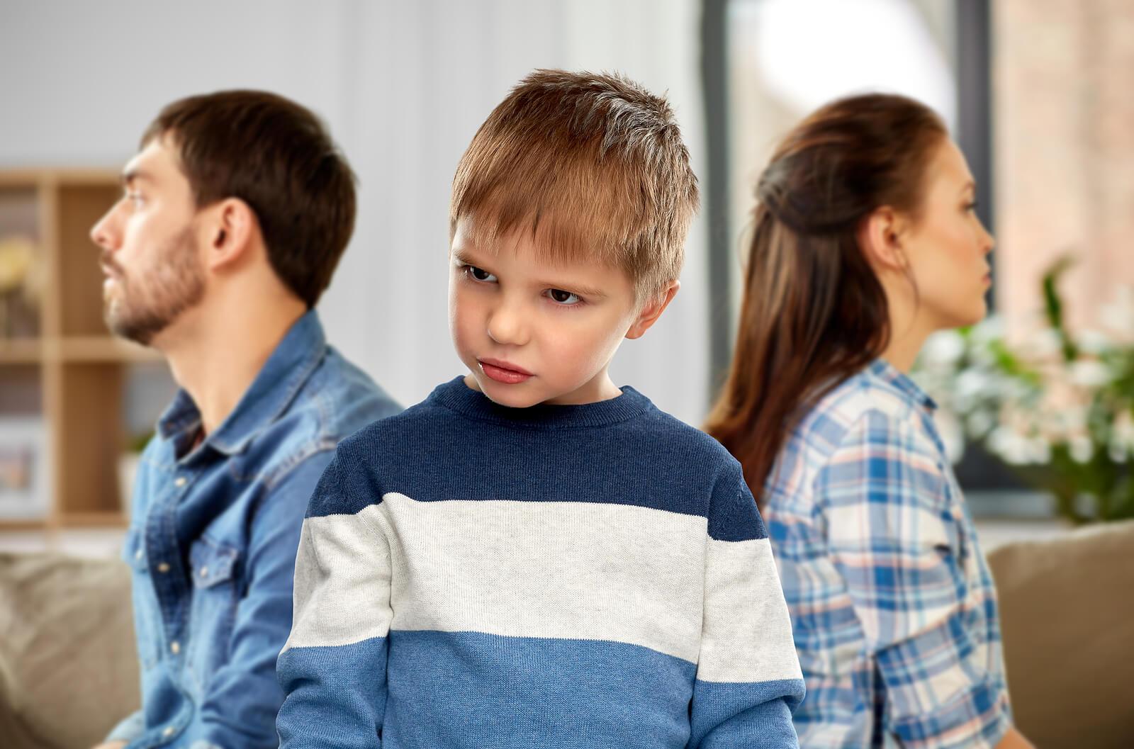 Hijo enfadado con sus padres, que no saben cómo corregir a los niños que insultan de forma efectiva.