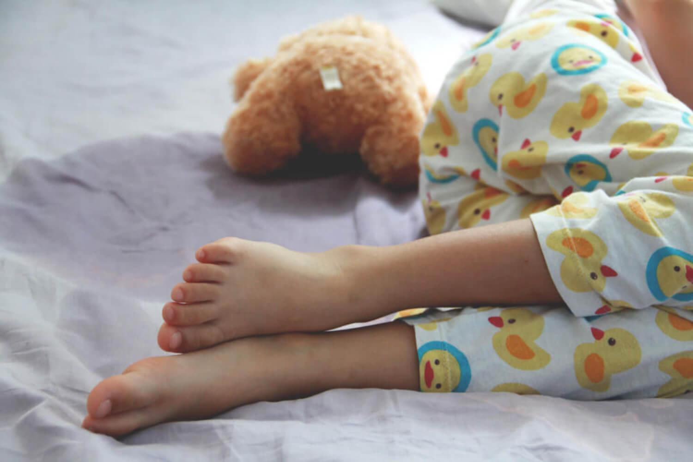 Niño haciéndose pis en la cama debido a la enuresis nocturna.
