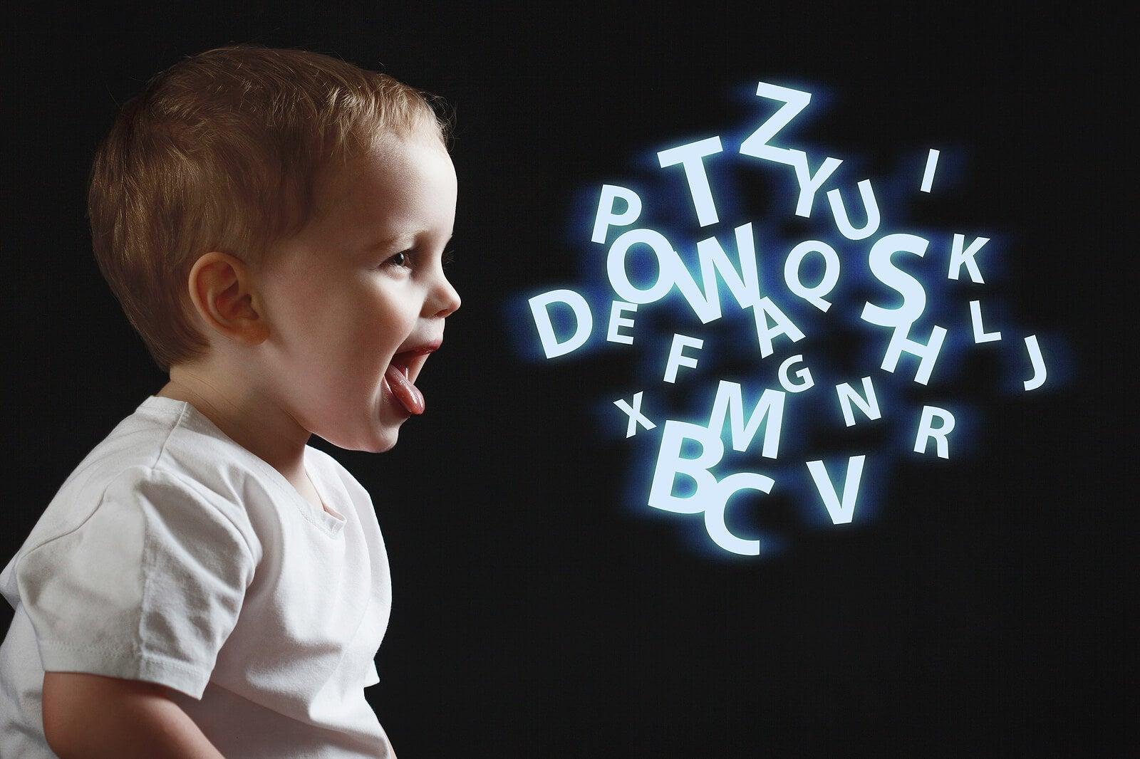 Niño de tres año hablando con letras escritas por el aire.