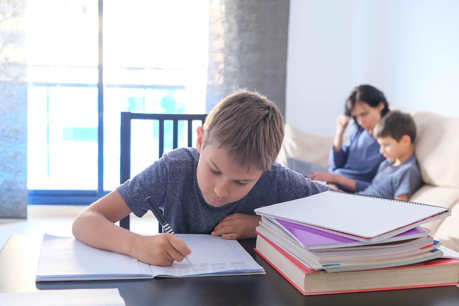 Niño haciendo deberes en casa motivado.