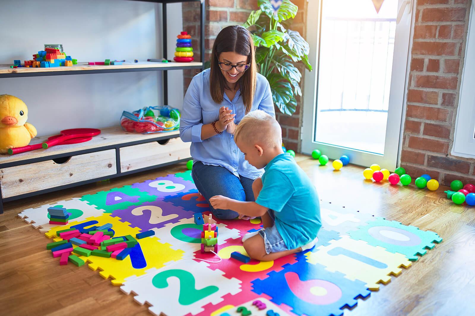 Niño jugando con su madre con las piezas de construcción.