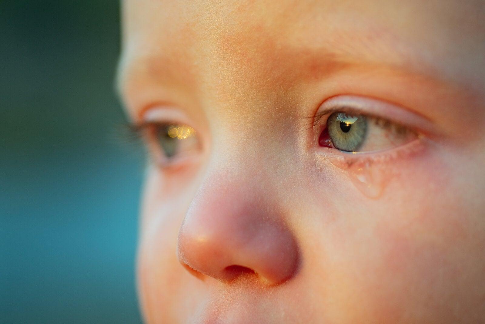 Niño con lágrimas en los ojos de tristeza porque está aprendiendo qué son las emociones negativas.
