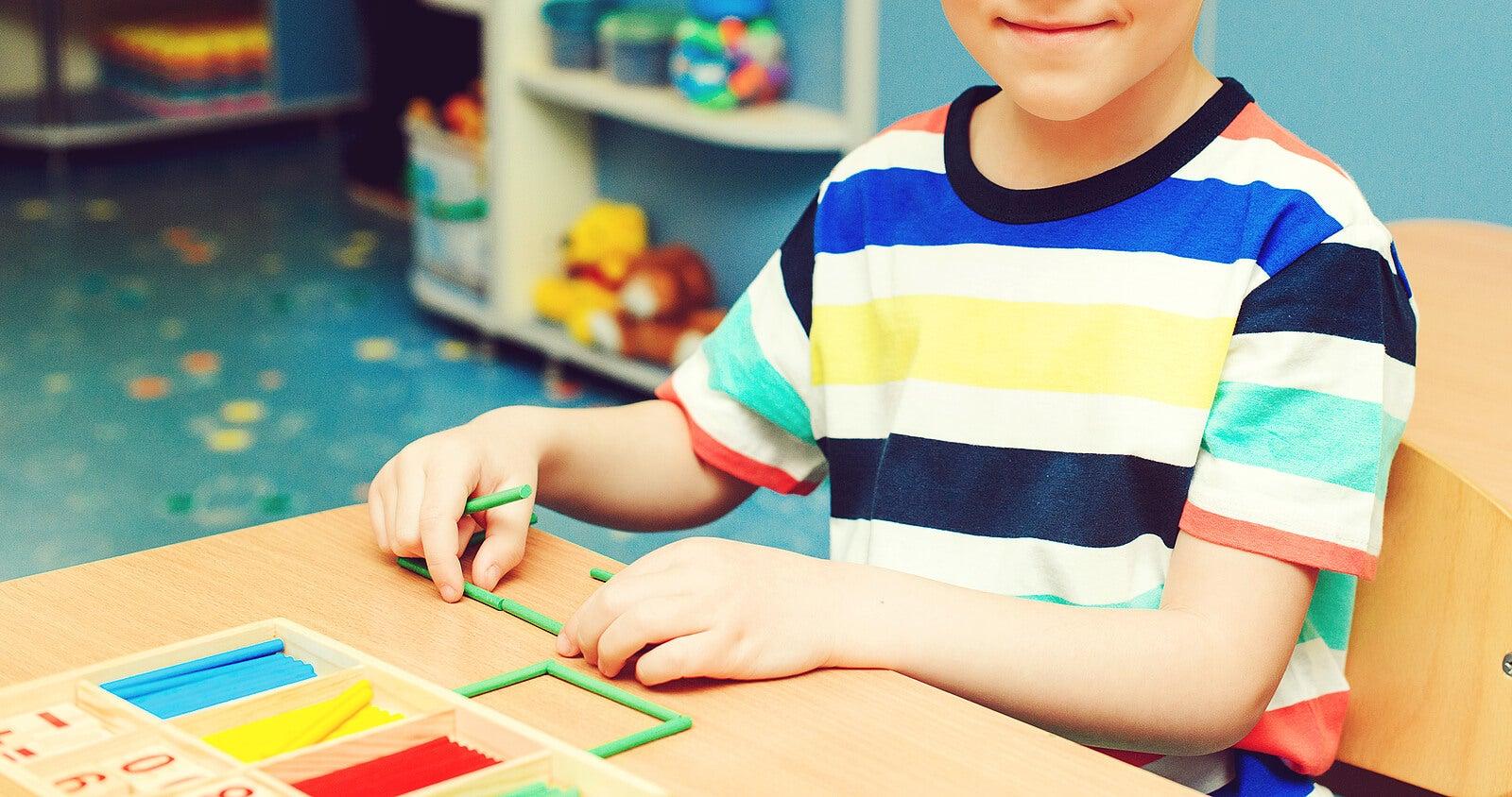 Niño aprendiendo a multiplicar gracias a la tabla de Pitágoras.