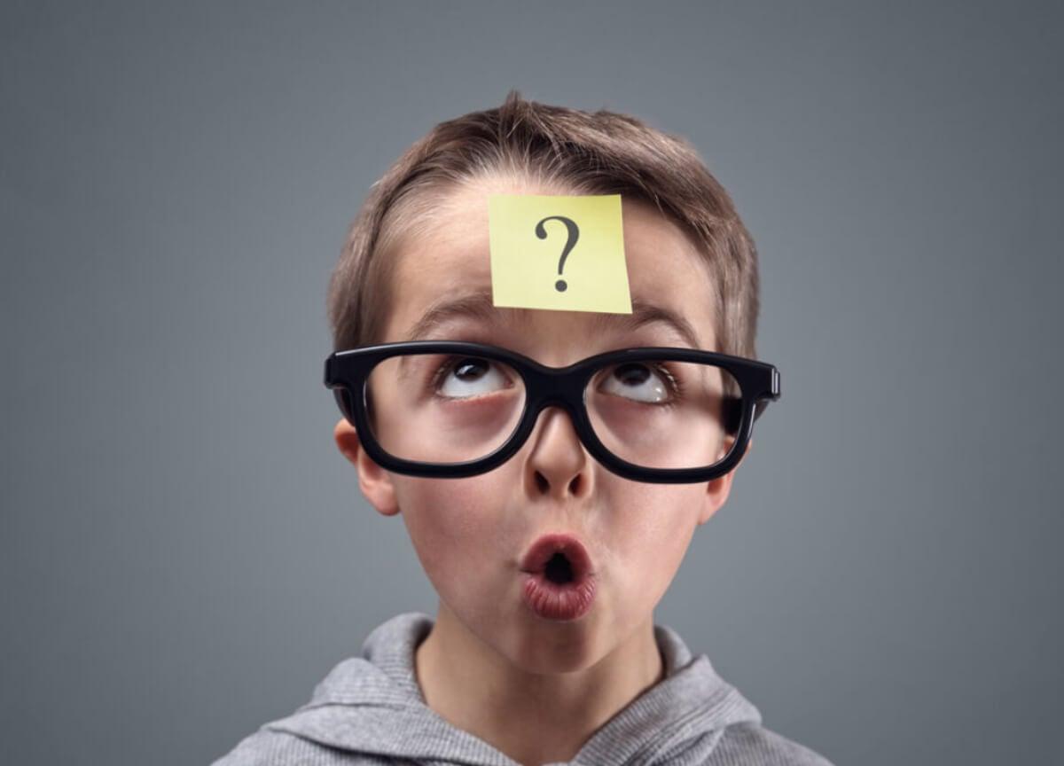 Niño con un post-it en la cabeza como muestra de pensamiento crítico.