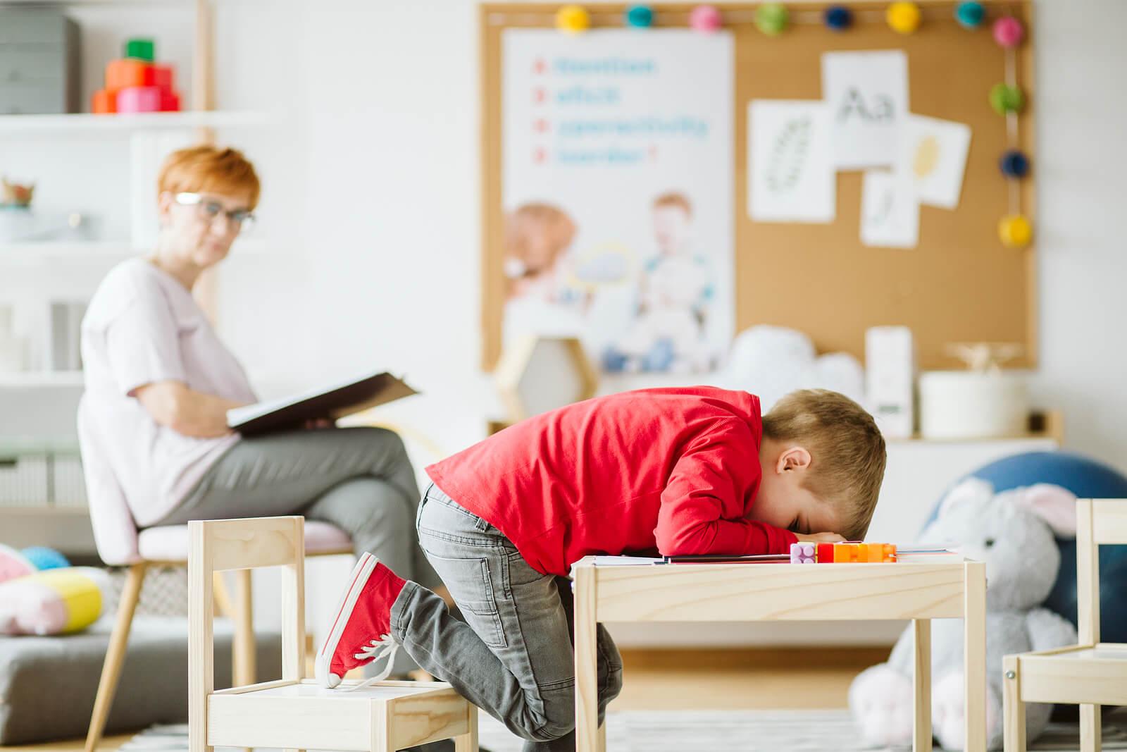 Niño en el psicólogo haciendo terapia emocional.