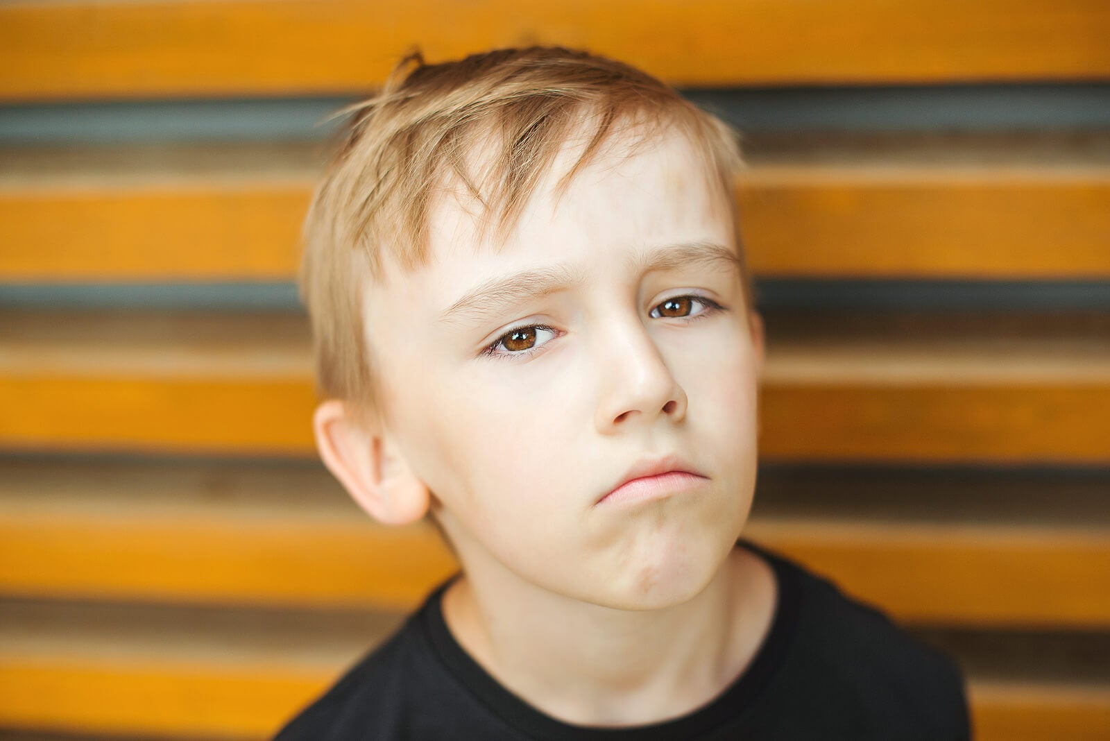 Niño triste poniéndole quejas a todo.