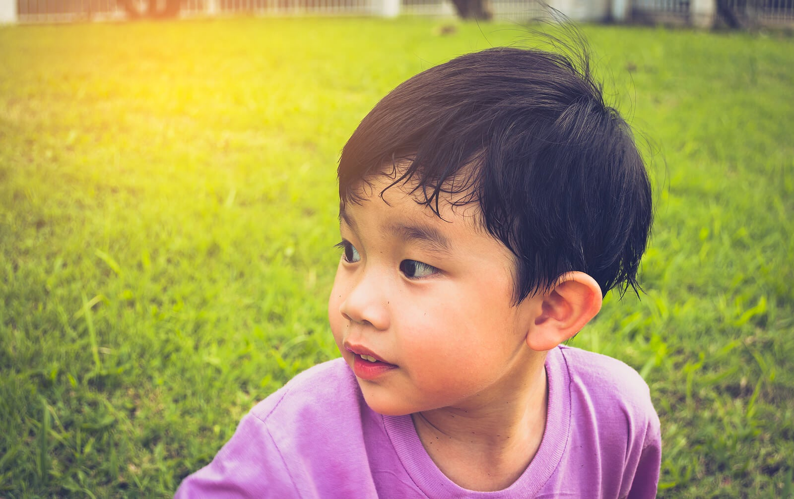 Niño con sudor en la frente porque padece hiperhidrosis infantil.