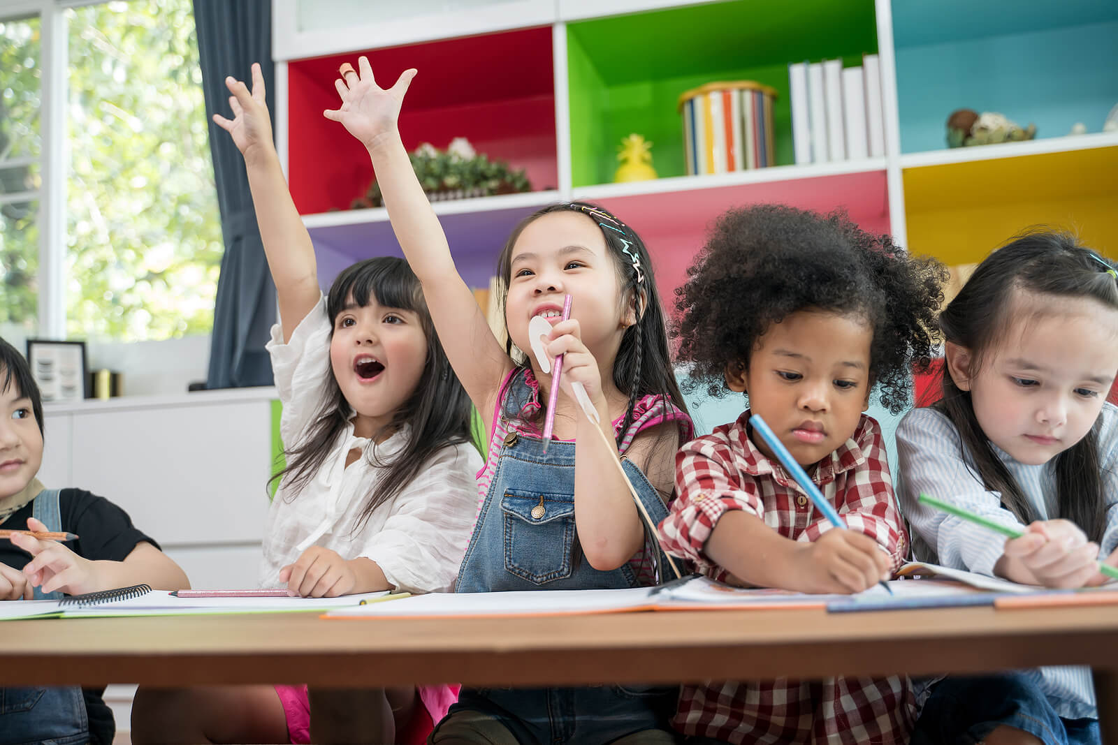 Niño en clase aprendiendo mediante diferentes método de educación alternativos al habitual.