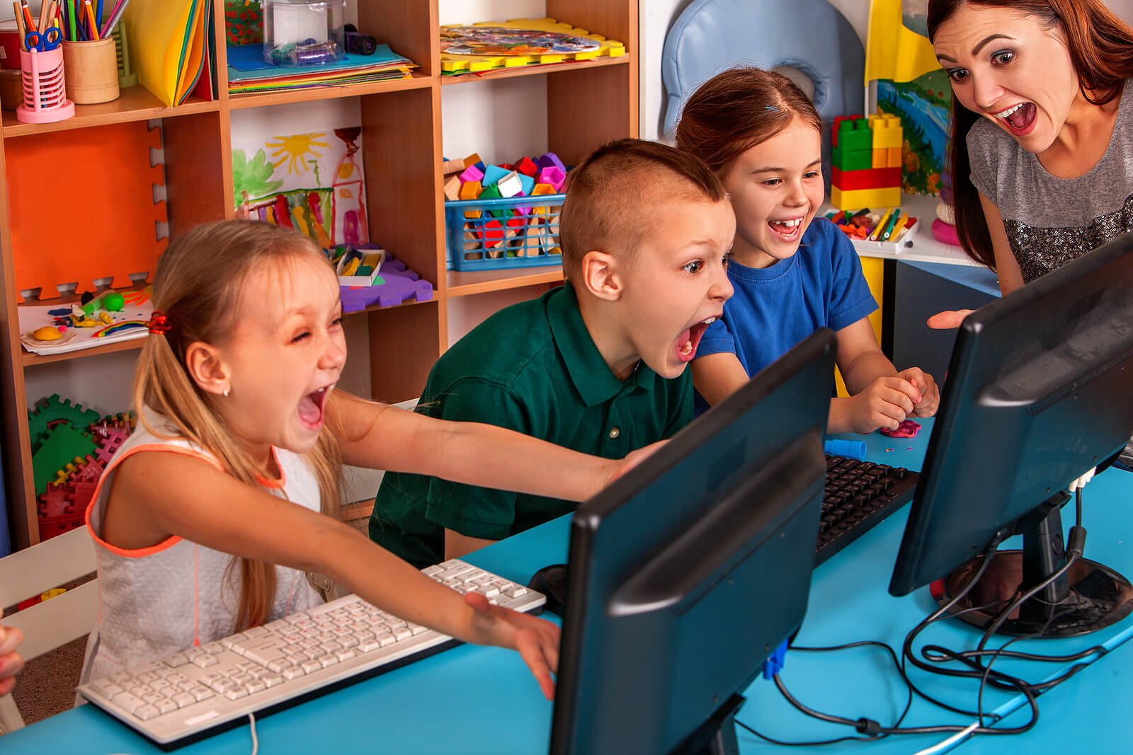 Niños con la profesora en clase aprendiendo gracias a las TIC y el aprendizaje adaptativo.