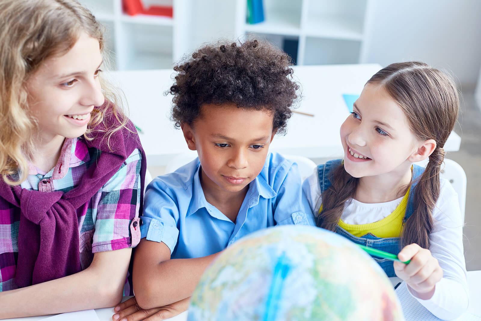 Niños en clase mientras aplican las enseñanzas de Nelson Mandela.