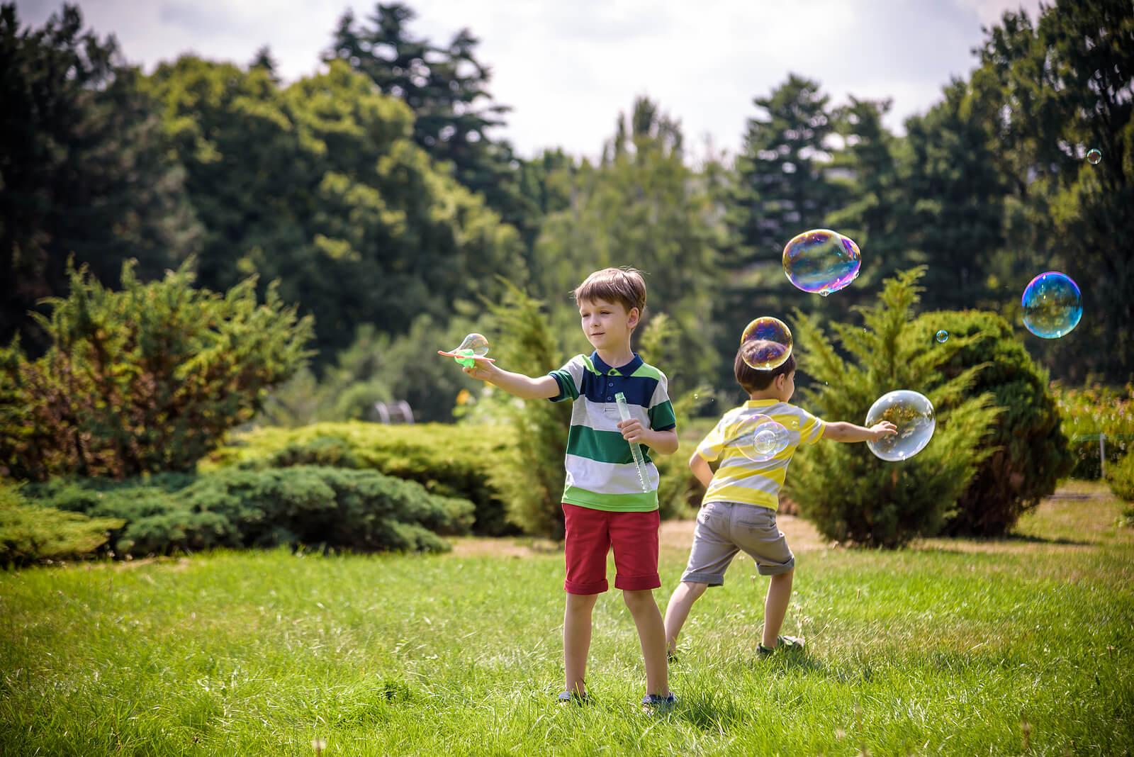 Niños llevando a cabo el juego de las pompas.