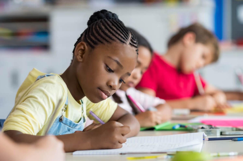 Niños haciendo un examen tipo test.