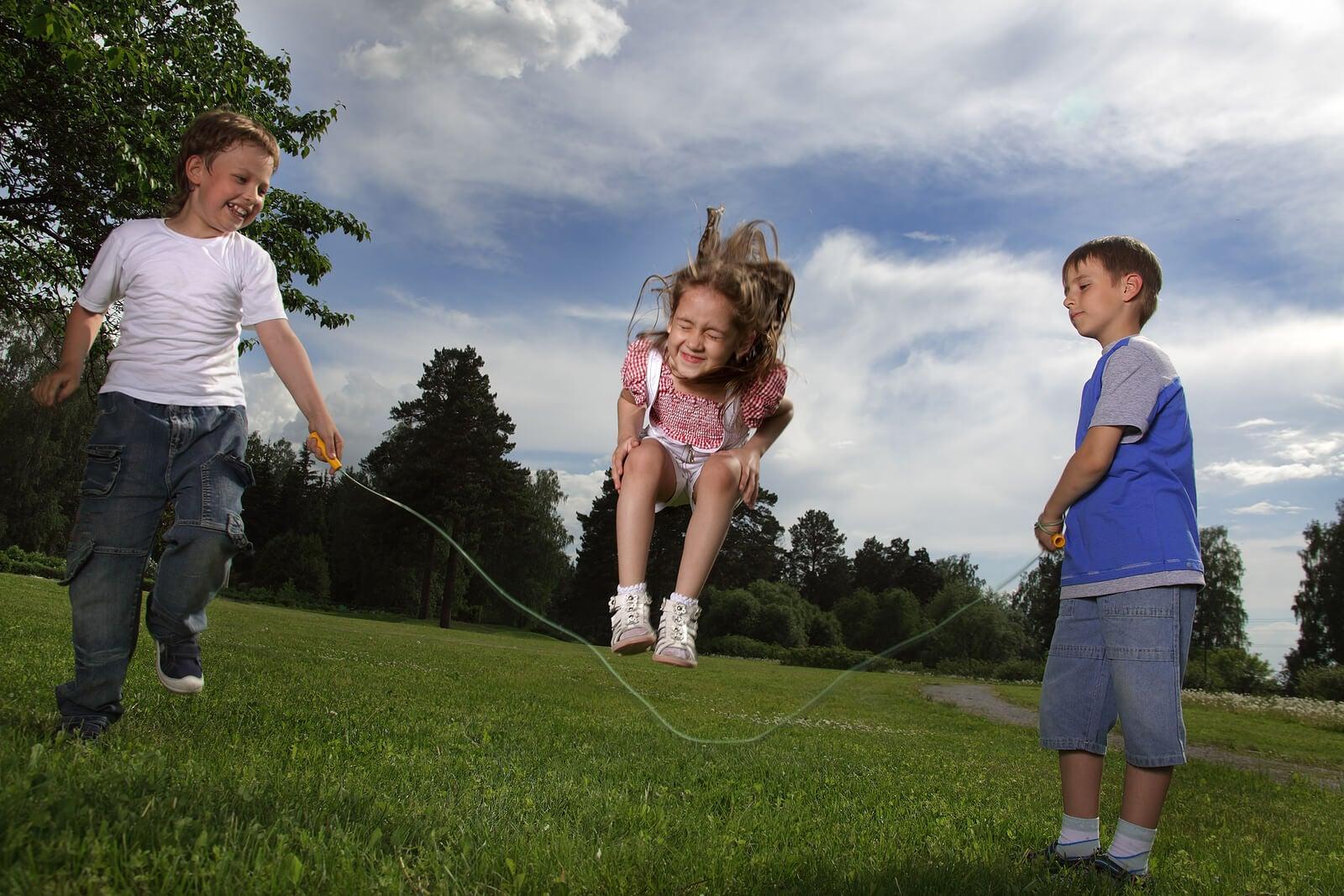 Niños saltando a la cuerda, una de las actividades de movimiento libre más fáciles de hacer.