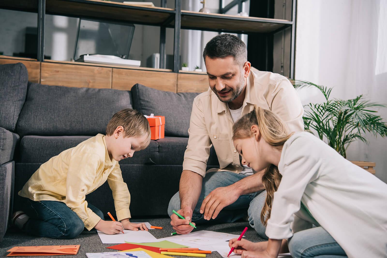Padre pintando con sus hijos para ayudarles a mejorar sus lapsos de atención.