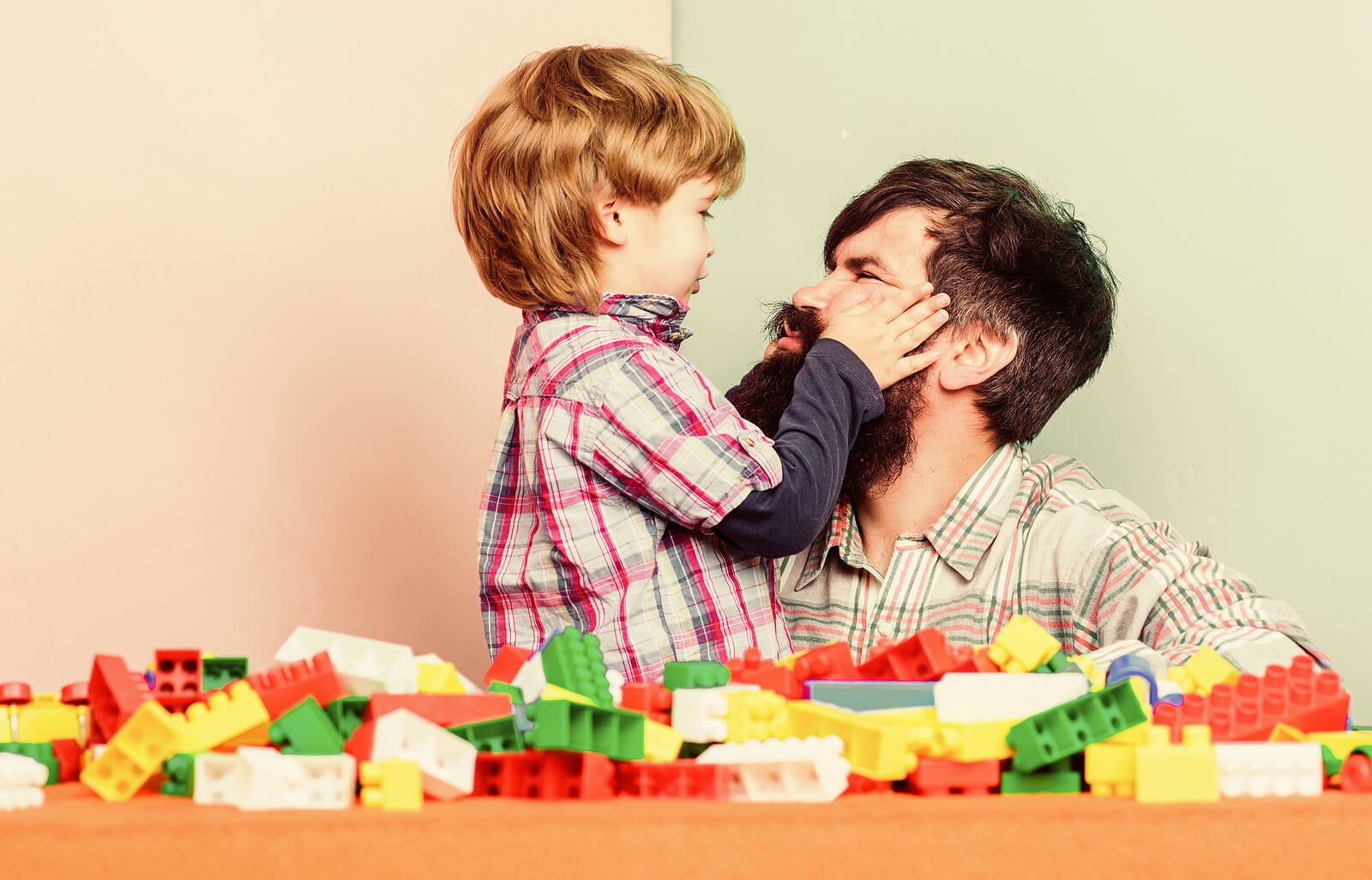 Padre jugando con su hijo.