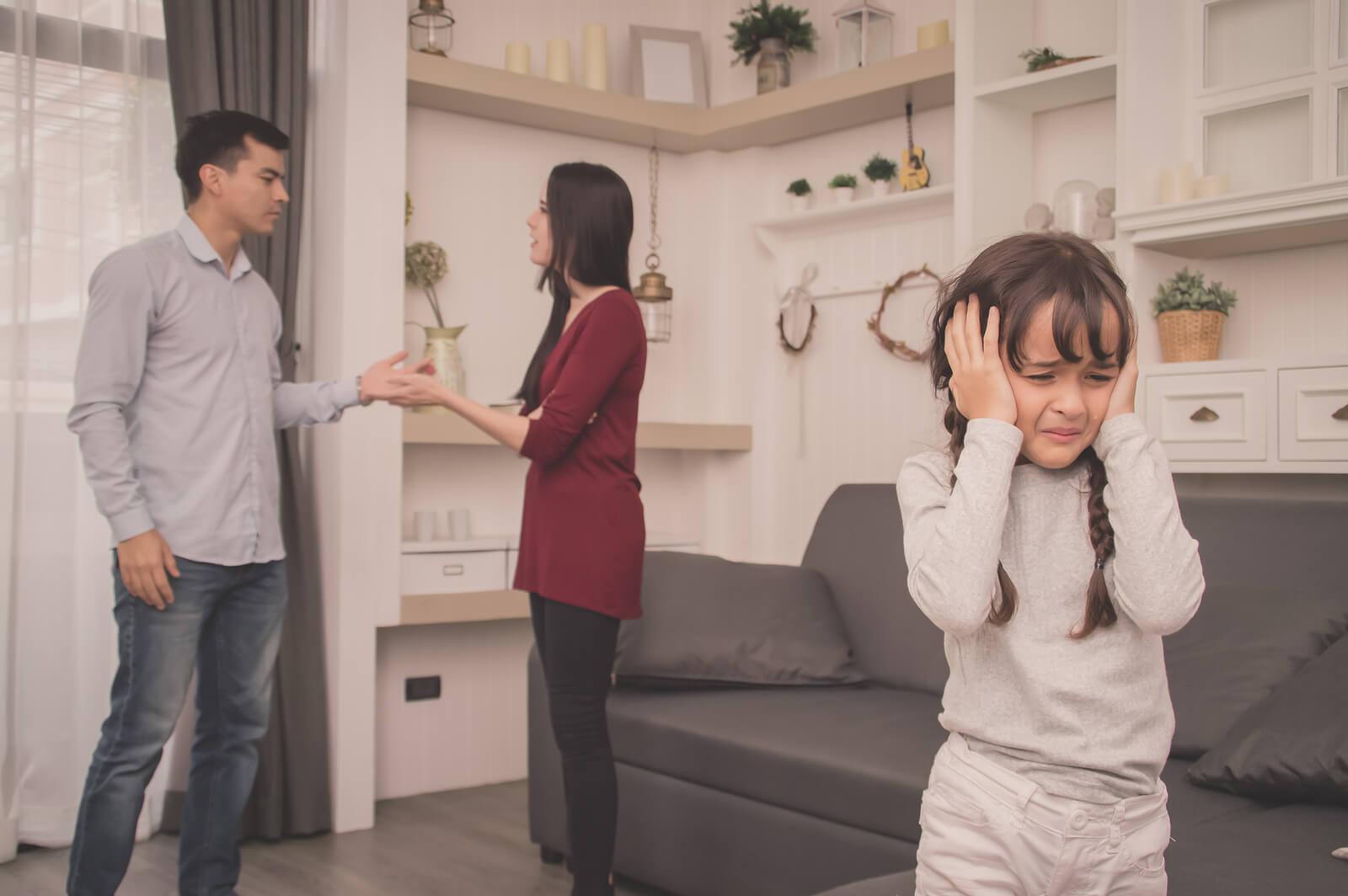 Padres discutiendo delante de su hija sin aprender a reconciliarse.