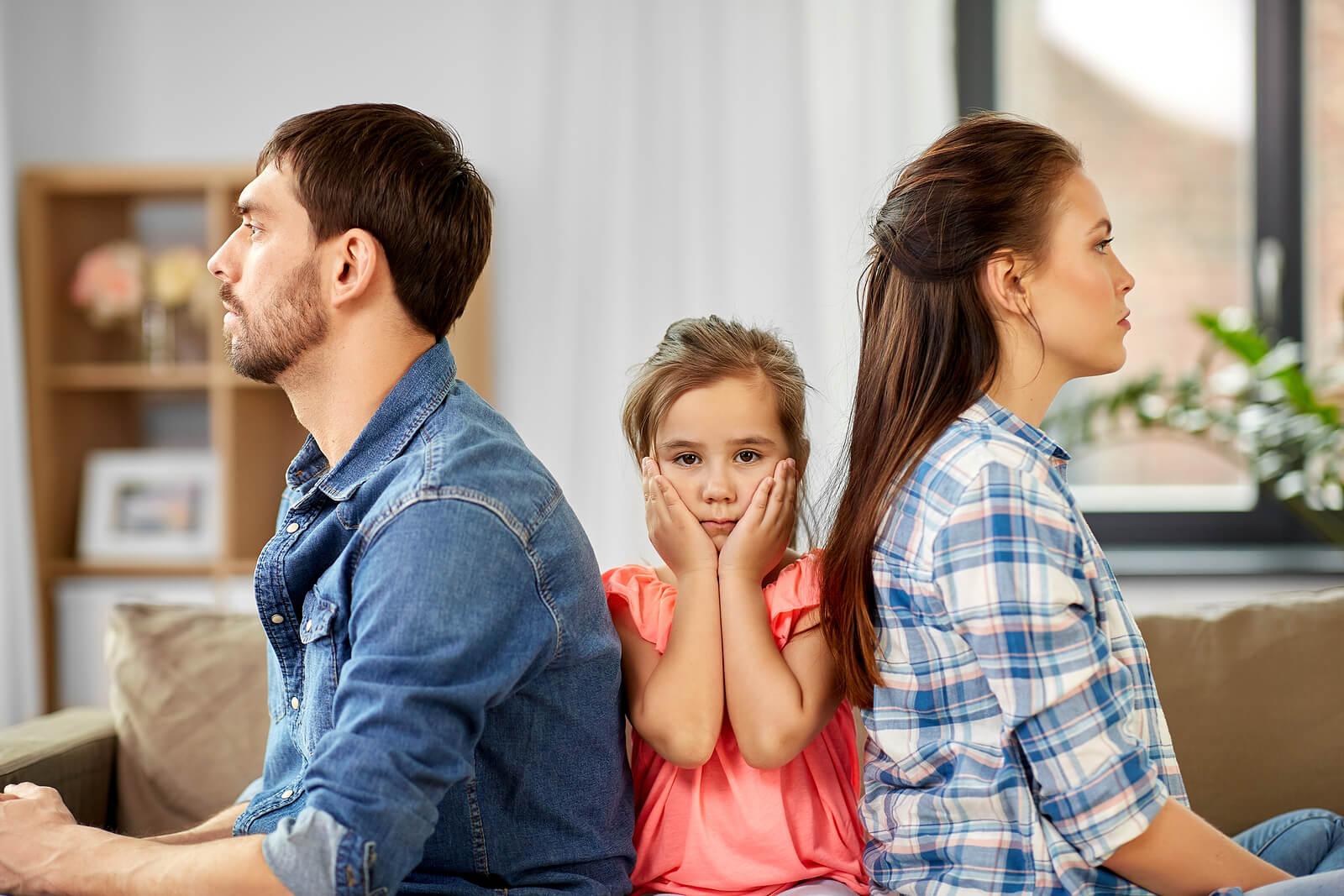 Pareja enfadada dando la espalda a su hija y creando un ambiente tóxico en el hogar.