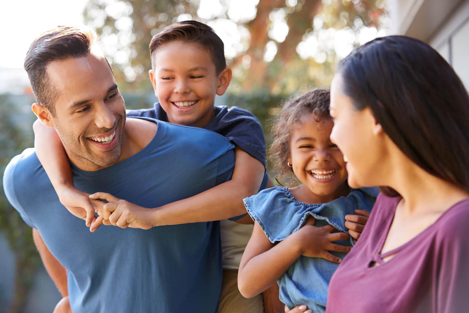 Padres pasando el rato en familia con sus hijos para enseñarles a resolver problemas.