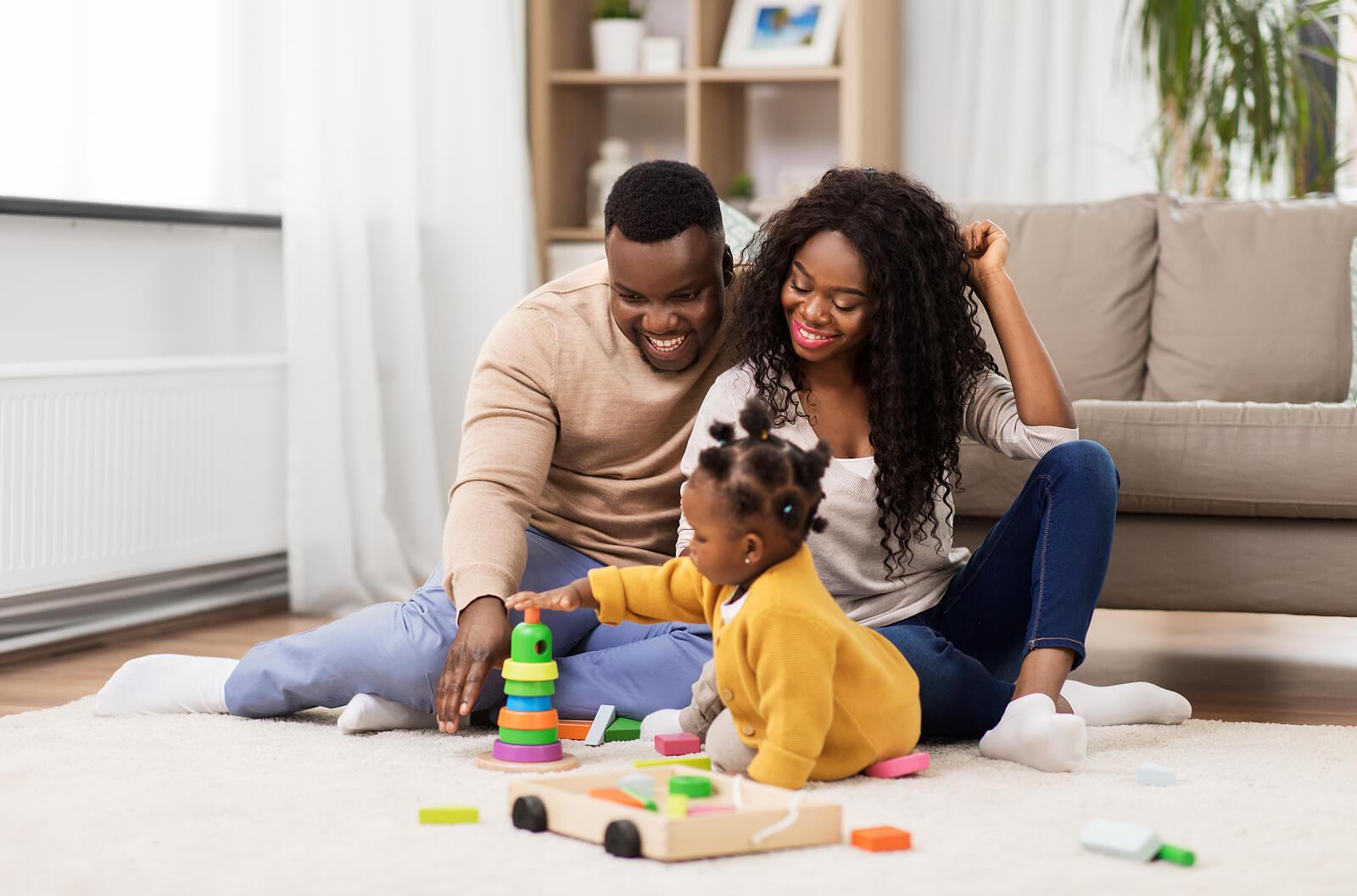Padres felices jugando con su pequeña.