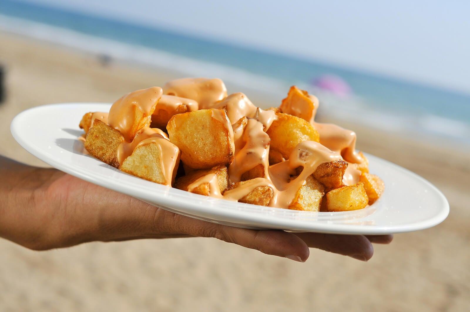 Patatas bravas preparadas en un chiringuito de la playa.