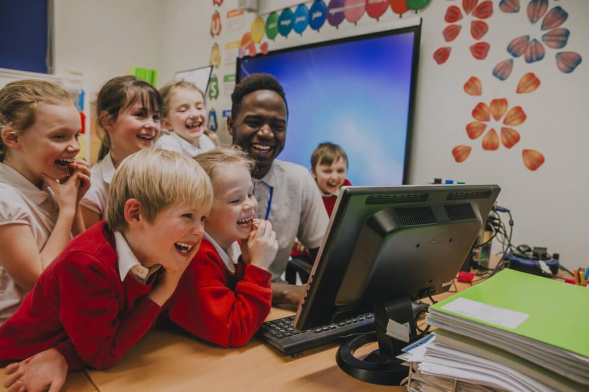 Alumnos en el aula aprendiendo sobre las bases de Comenio, el padre de la pedagogía.