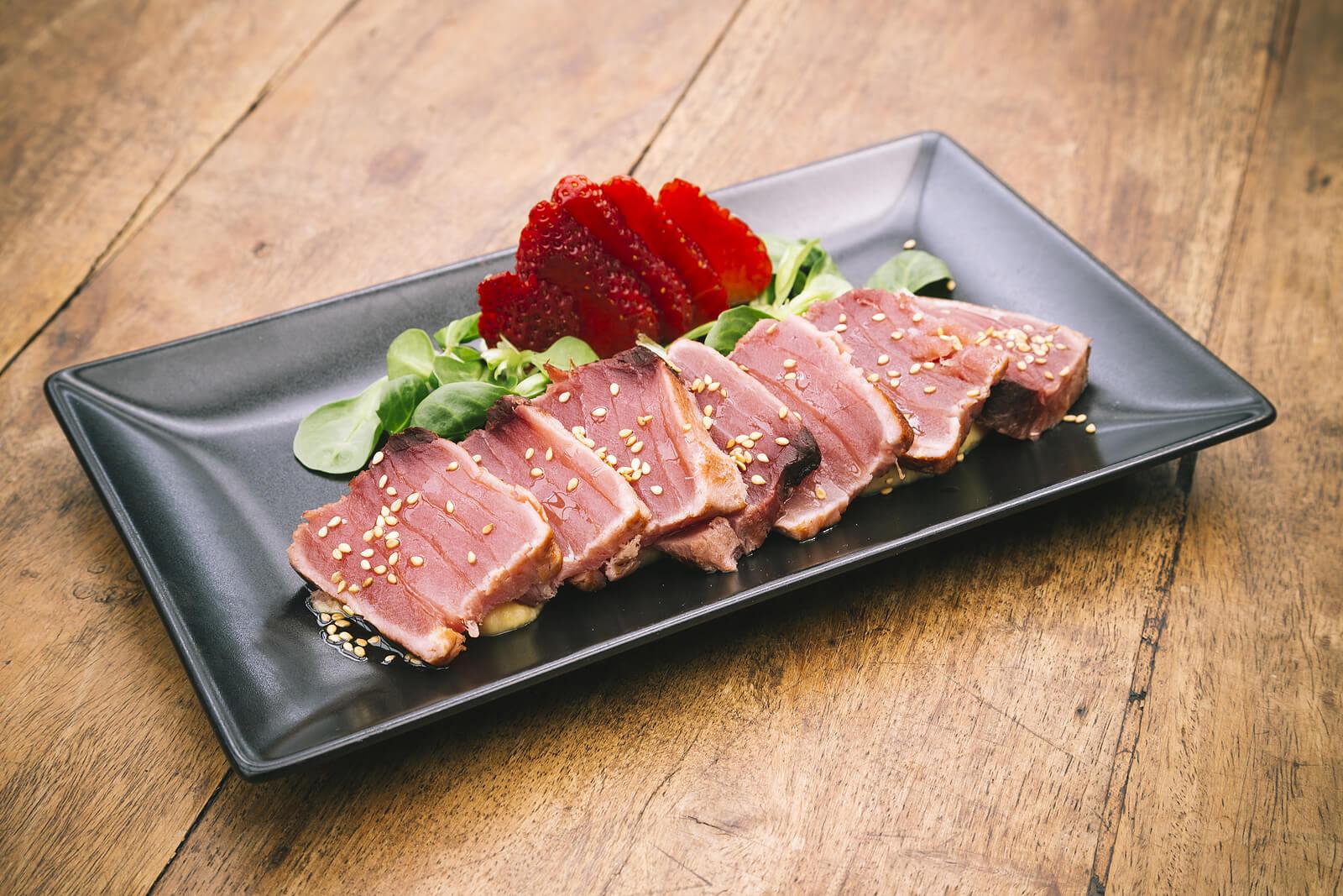 Tataki de atún con fresas.