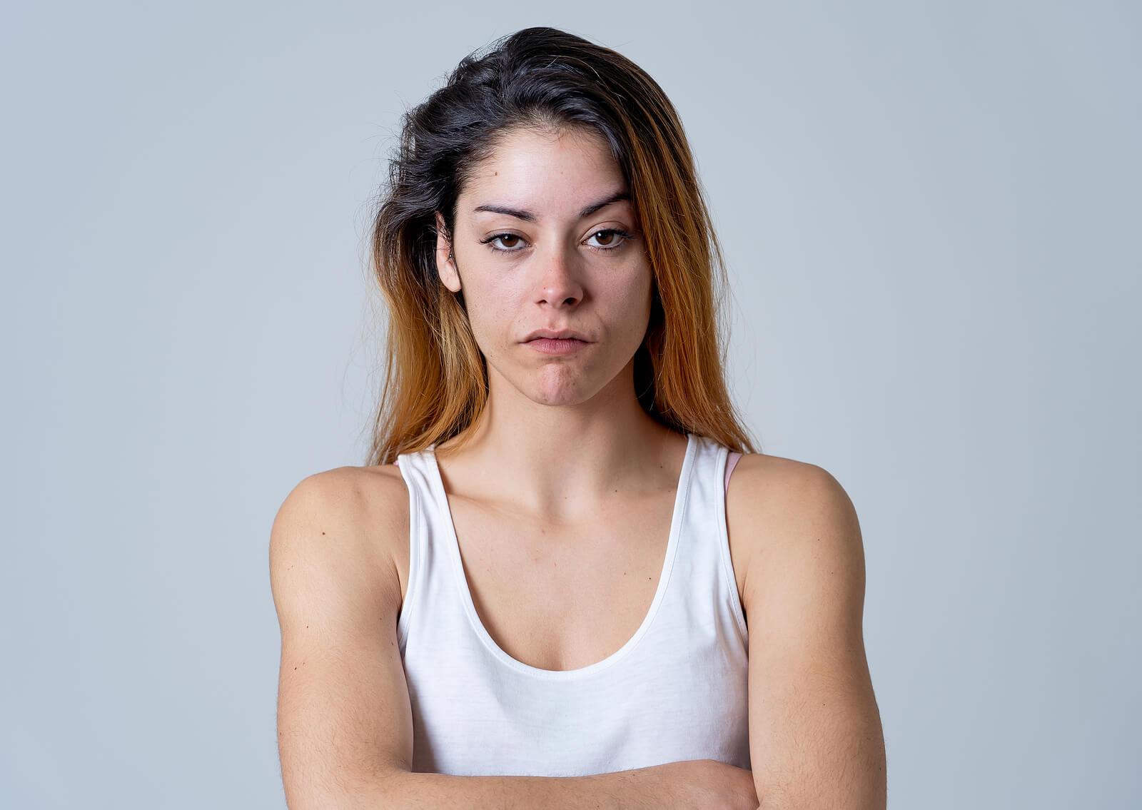 Chica adolescente desafiando a sus padres maltratados.