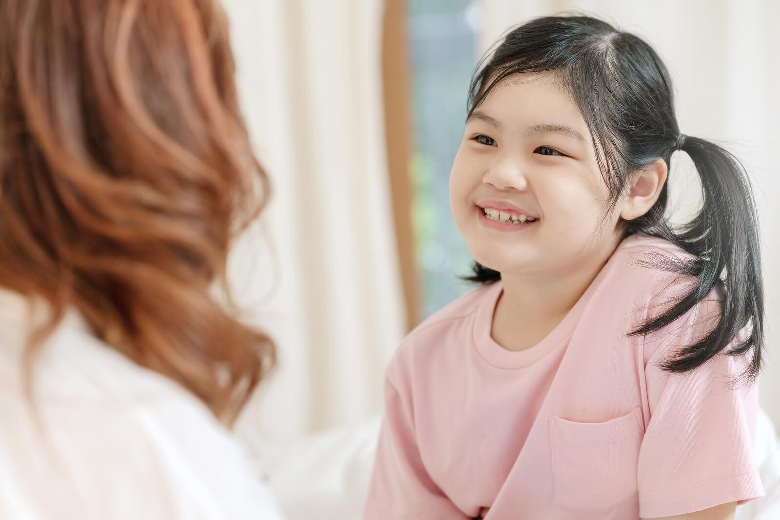 Madre hablando con su hija para saber cómo piensan los niños pequeños.