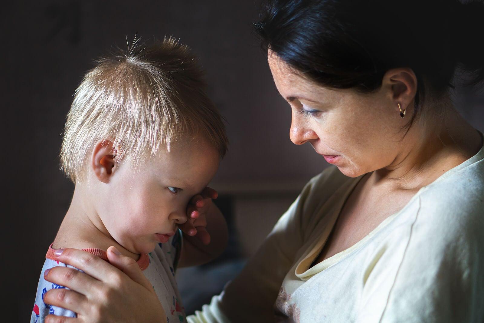 Madre hablando con su hijo para enseñarle a no ocultar las emociones negativas.