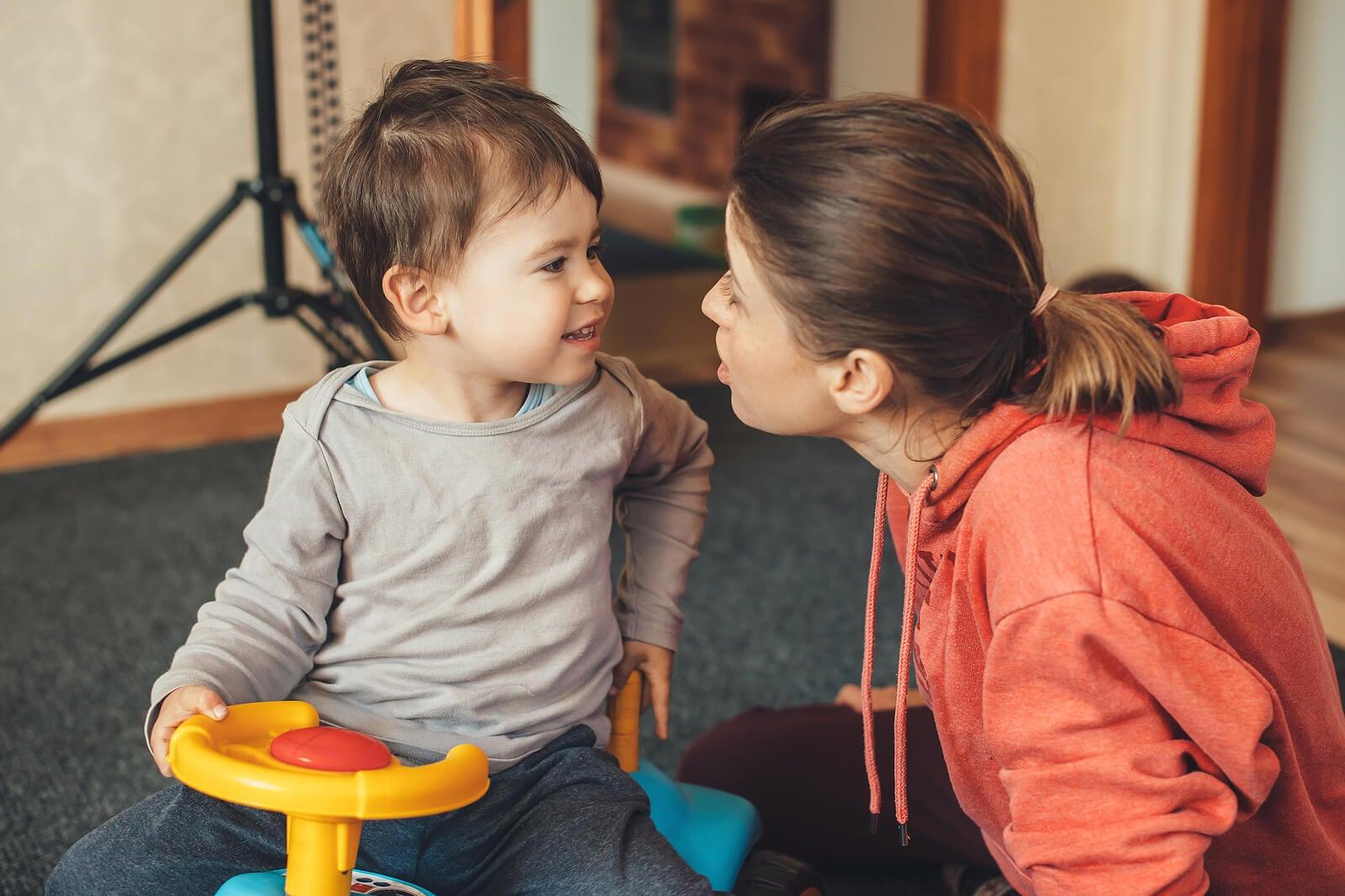 Madre usando las técnicas para hablar sobre los extraños a un niño con su hijo.
