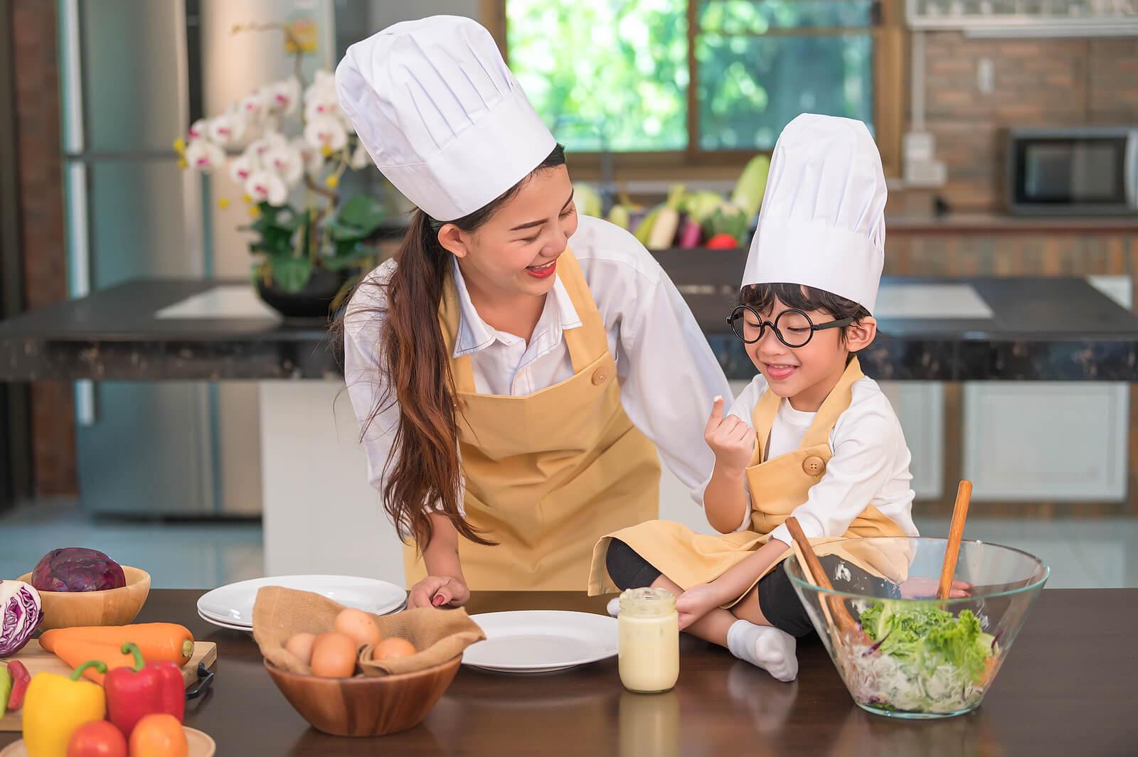 Madre e hijo cocinando juntos para fortalecer su vínculo.