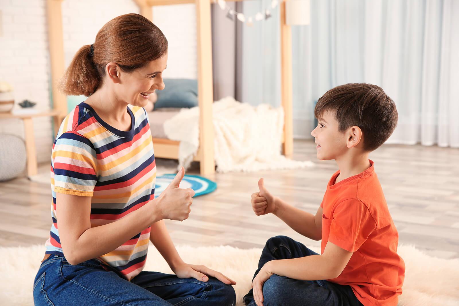 Madre jugando con su hijo para mostrarle la fuerza de voluntad en los niños.