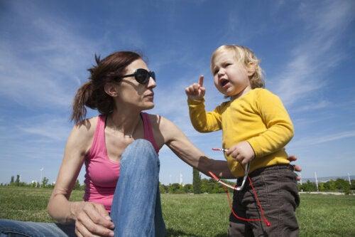 Cómo ayudar a un niño que habla tarde