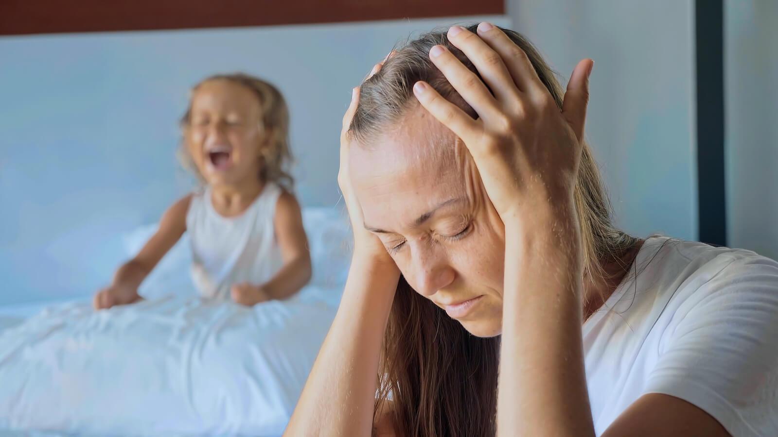 Madre desesperada con dolor de cabeza debido a los gritos de su hija.