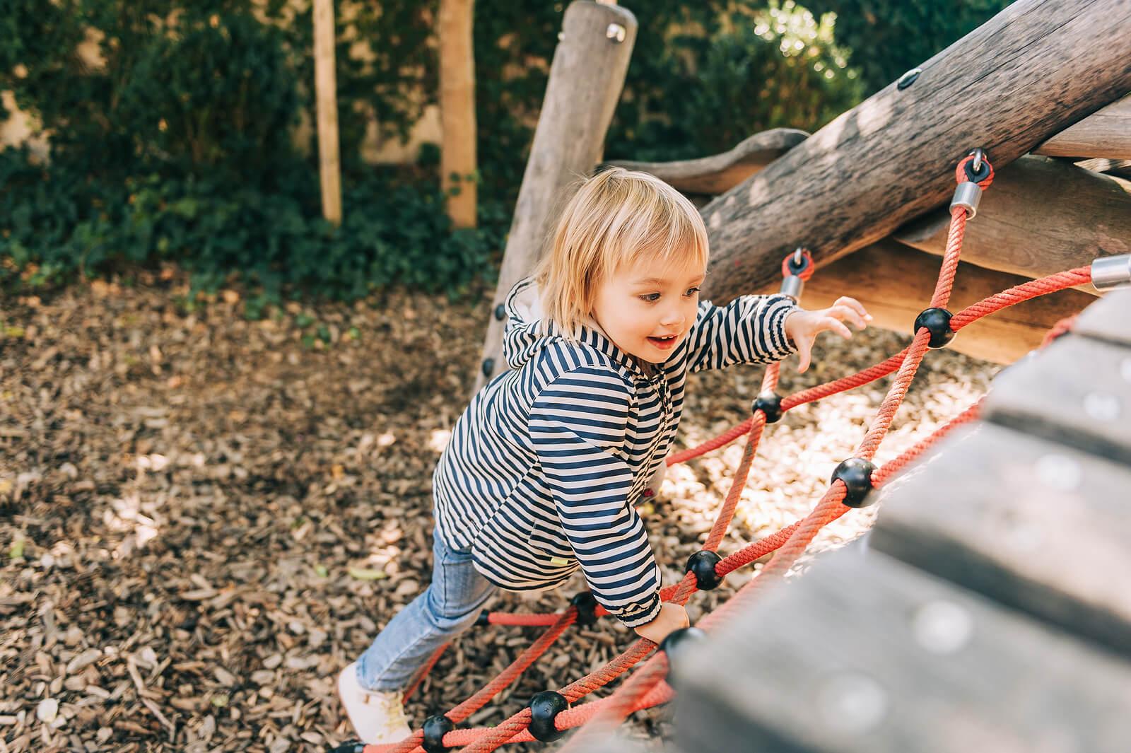 Niña jugando en el parque como parte del juego no estructurado.
