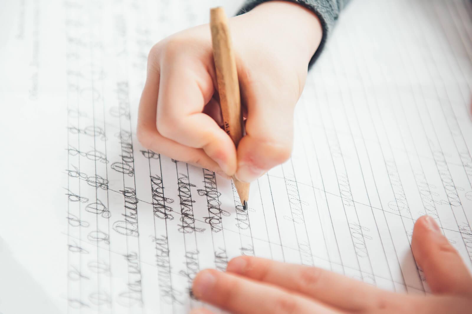 Niño aprendiendo a escribir en un cuaderno.