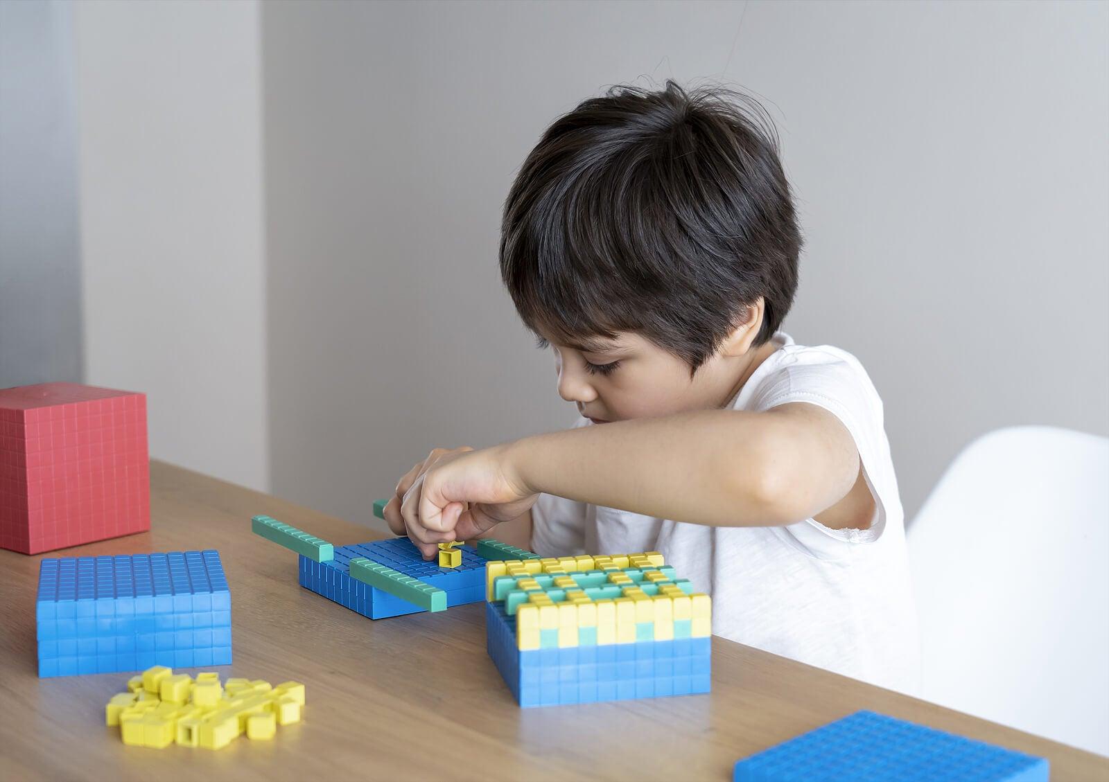 Niño aprendiendo habilidades matemáticas con bloques.
