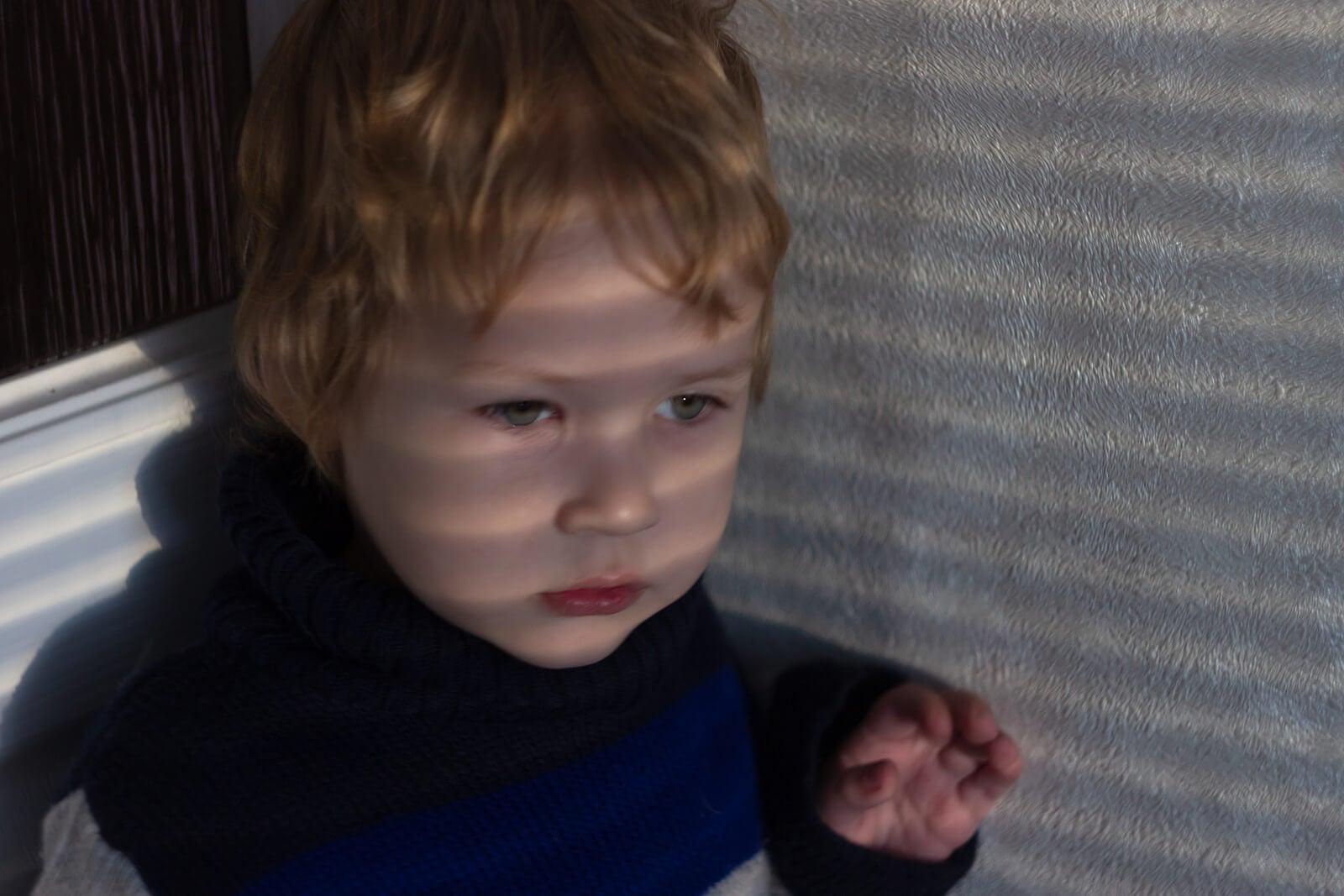 Niño con miedo a los ruidos fuertes.