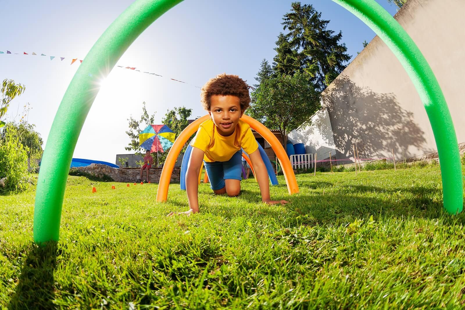 Niño haciendo una carrera de obstáculos.