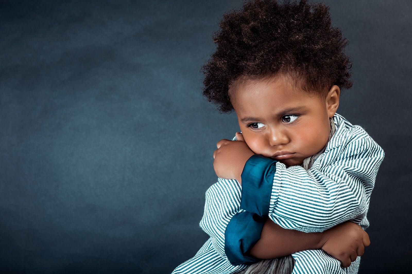 Niño enfadado porque sus padres no conocen estrategias útiles para controlar el enfado en los niños.
