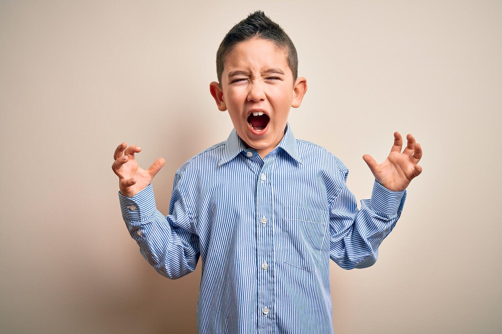Niño gritando de ira porque no sabe cómo controlar su enfado.