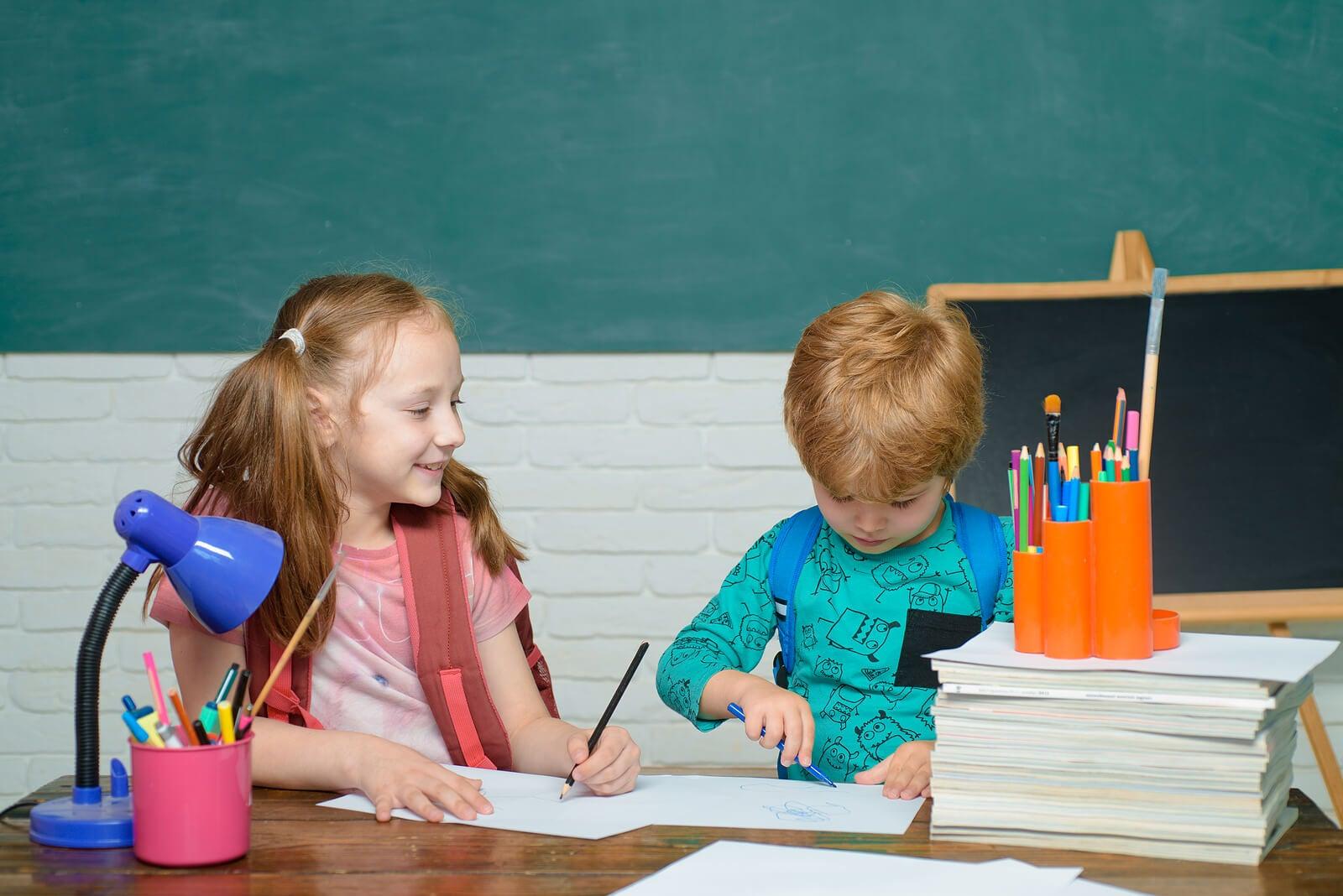 Niños en el colegio estudiando.